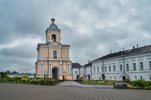 救い主の変容と聖バルラームのクティン修道院の鐘楼。ロシア、ノヴゴロドヴェリキー