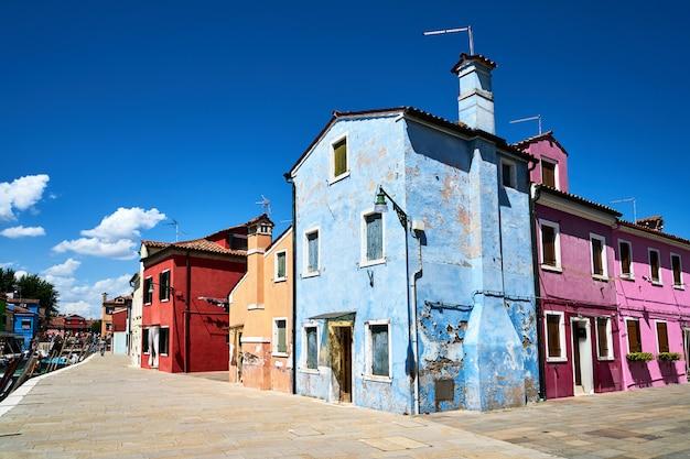 ベニスのブラーノ。広場の古いカラフルな家建築。