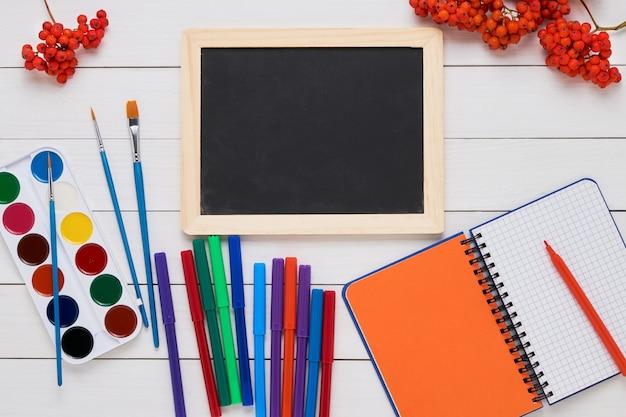 白い木製の学校の科目。学校概念に戻る。トップビュー、コピースペース。