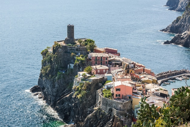 イタリアのヴェルナッツァの眺め。チンクエテッレ。上からの眺め