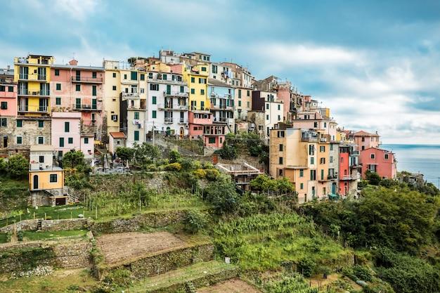 コルニリア、チンクエテッレ、イタリアのカラフルな村の眺め。