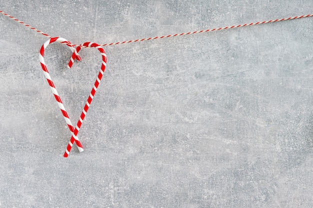 Новогоднее украшение на сером фоне. праздник рождества. копировать пространство минимализм.