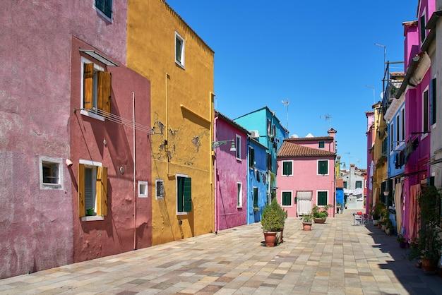 イタリア、ベニス、ブラーノ。カラフルな家。