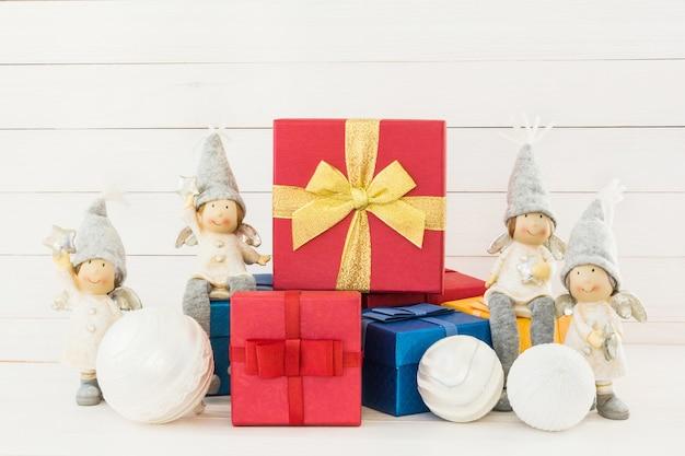 クリスマス。赤と青のギフトボックスとクリスマスの装飾