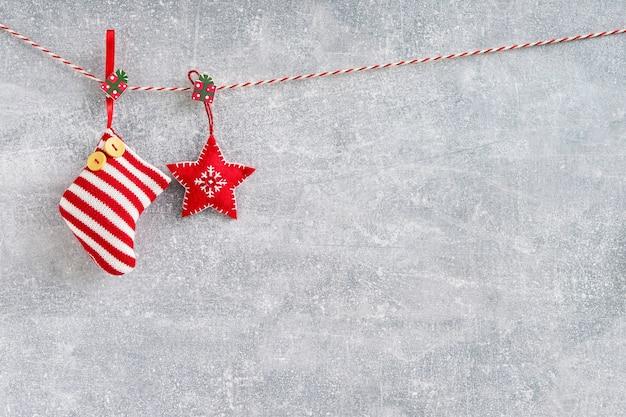 クリスマスの背景。灰色の背景に赤のクリスマスの装飾。コピースペース