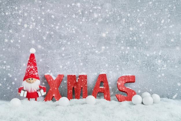 クリスマスのグリーティングカード。クリスマスの装飾と雪でサンタノームの背景。クリスマスのシンボル。