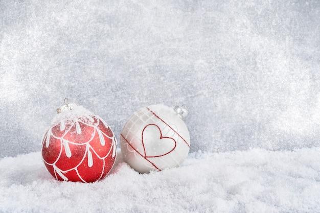 雪の中でクリスマスボール。クリスマスの背景。コピースペース