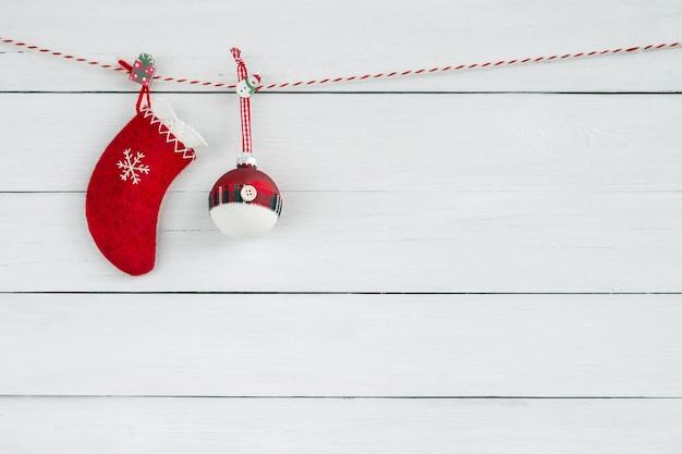 白い木製の背景に赤のクリスマス飾り。コピースペース