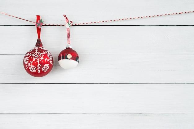 白い木製の背景のクリスマス飾り。コピースペース
