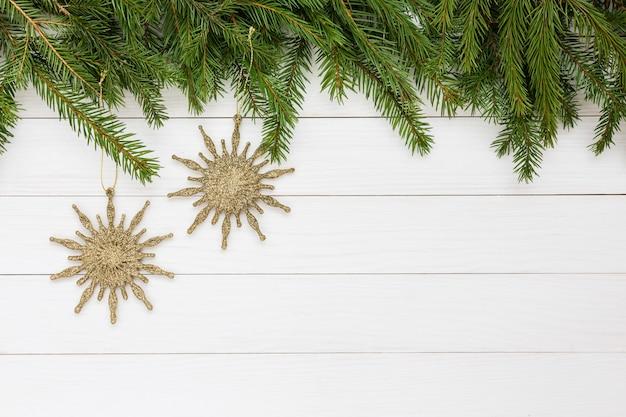 クリスマスの背景。クリスマスツリー、白い木製の背景、クリスマスの星。コピースペース