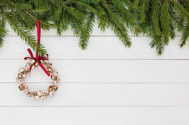 クリスマスの背景。クリスマスツリー、白い木製の背景、クリスマスリース。コピースペース