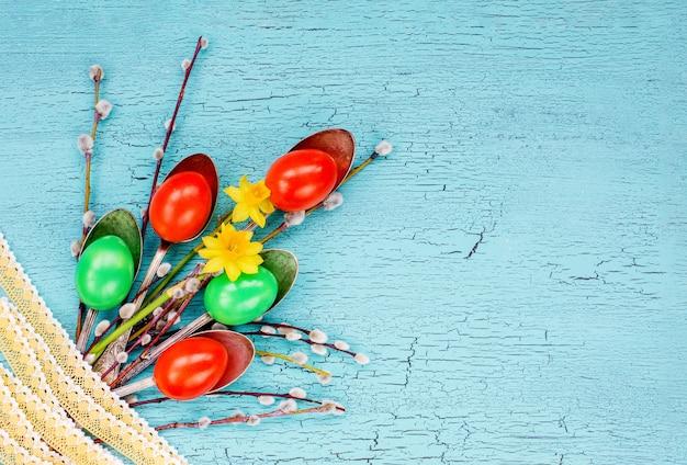 創造的なイースターのブーケ。イースターエッグ、スプーン、柳の枝、レース、花。トップビュー、コピースペース、イースターの背景