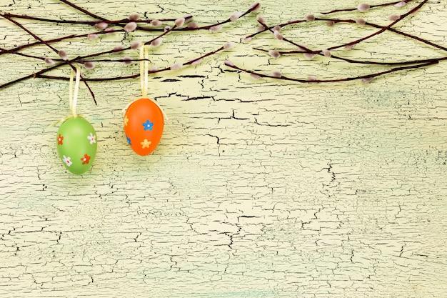 装飾的な卵と柳のイースターの背景。トップビュー、コピースペース