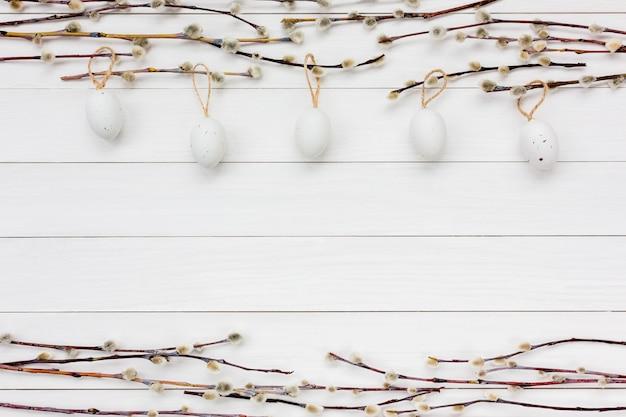 装飾的なイースターエッグと柳の木の枝をイースターの背景。コピースペース、トップビュー