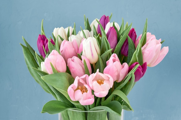 Букет розовых и белых тюльпанов в стеклянной вазе