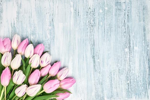 花瓶にピンクと白のチューリップ。