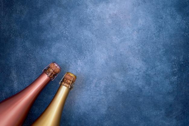 青色の背景にシャンパンのボトル