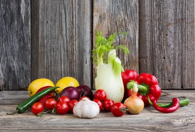 有機野菜や果物の木製の背景に。健康食品のコンセプトです。