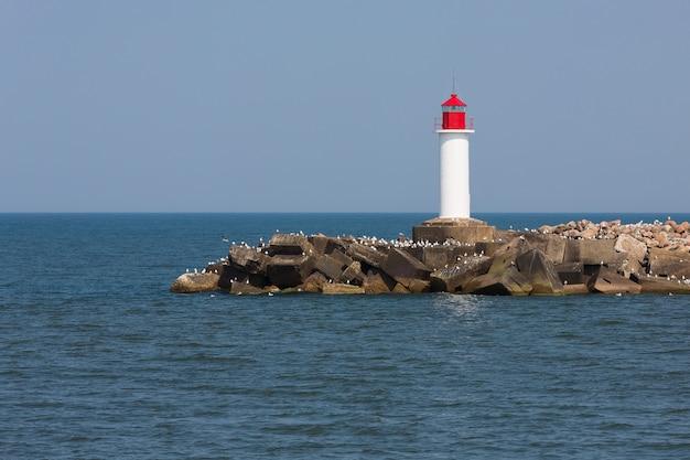 ラトビア、ヴェンツピルスの灯台。バルト海