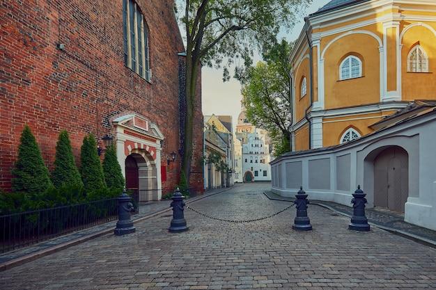 Узкая средневековая улица в старой риге, латвия.