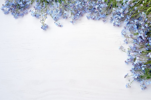 白い木製の背景に紫の花