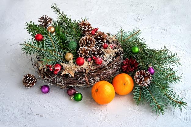 装飾とクリスマスの花輪。スペースをコピーする