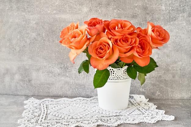 白い花瓶の赤いバラの花束