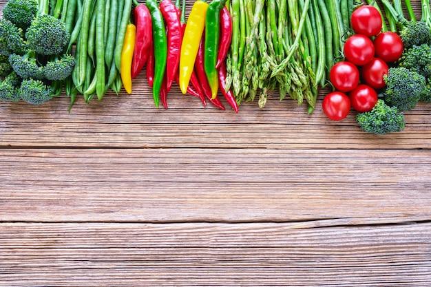 Органическая еда. красочные овощи на деревенском