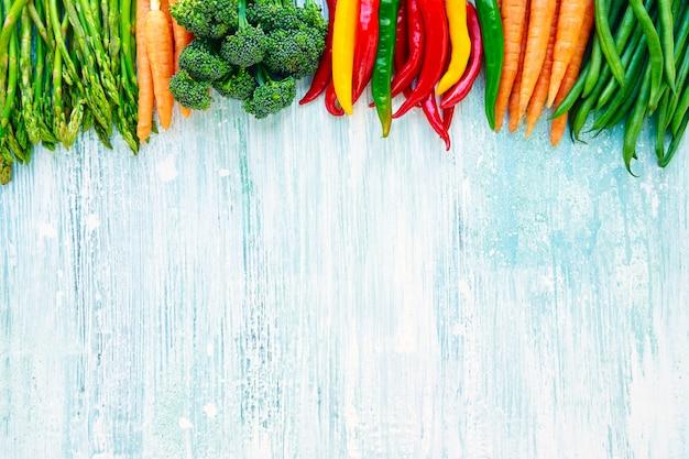 Органическая еда. красочные овощи на голубом