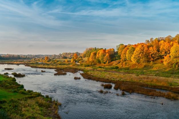 秋の川の谷の風景。ラトビア、クルディガ。ヨーロッパ