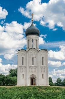Церковь покрова на нерли в летнее время. боголюбово, владимирская область, россия.