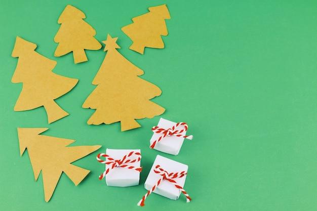 手作りのクリスマスツリーと小さなプレゼント