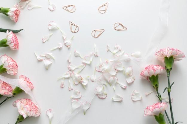 Плоский лепесток розовых гвоздичных цветов и лепестков с белой лентой и зажимом для связующего