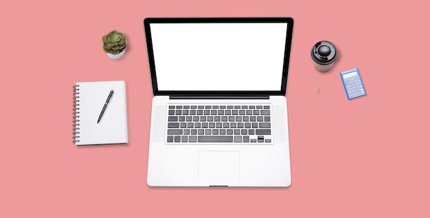 ラップトップコンピューターと事務用品のオフィスデスク。コピースペースを持つ平面図、フラットレイアウト