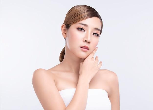 Красота молодая азиатская женщина с идеальной кожей лица. жесты для рекламы лечения спа и косметологии.