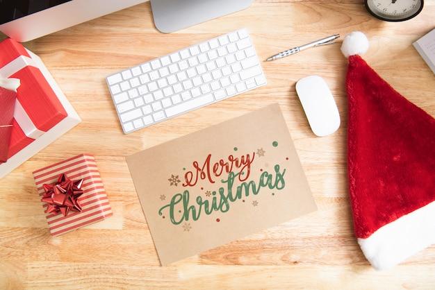幸せな新年の休日の挨拶紙の木製のテーブルの上に装飾とカードのデザインモックアップ。