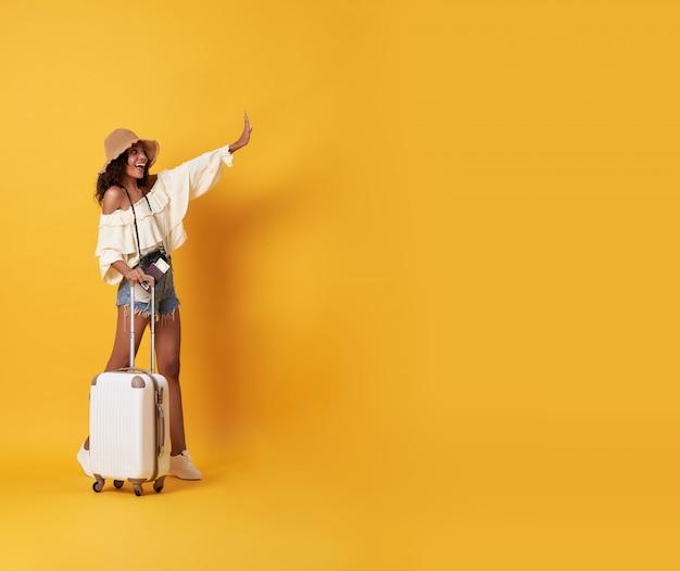 立っている夏服に身を包んだ陽気な若い黒人女性