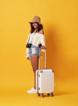 Веселая молодая африканская женщина в летней одежде держит паспорт с деньгами