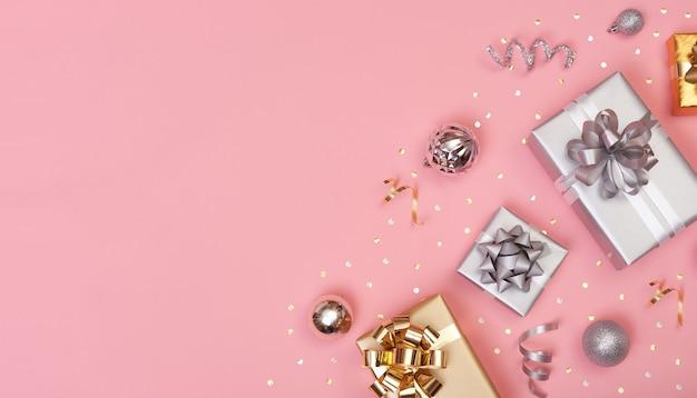 Рождественская композиция с украшениями и подарочной коробкой
