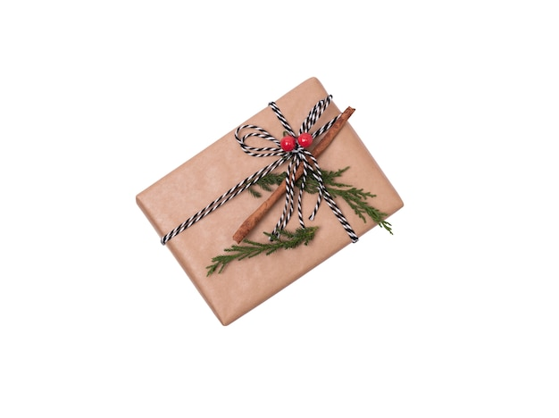 Подарочная коробка изолированная на белизне на рождество и.