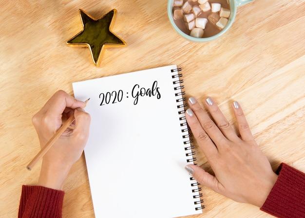 木製のテーブルのリストを行う目標の手書きのはがき