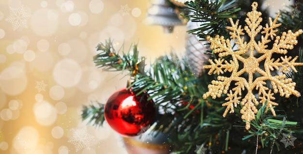 Снежинка на елке на абстрактном светло-золотом боке