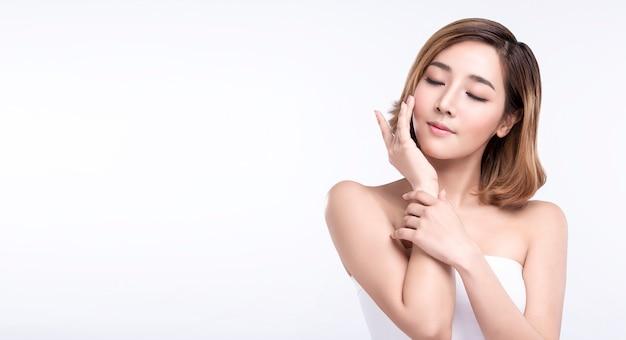 Молодая азиатская женщина с идеальной кожей