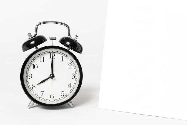 白紙スパイラルカレンダーと時計テンプレート広告とブランド背景。