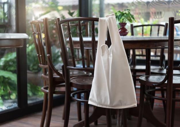 Сумка холст тканевая на фоне ресторана