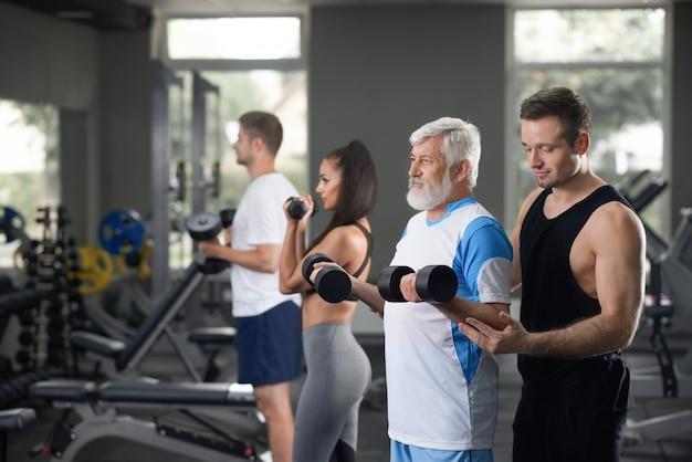 Взгляд много людей на ежедневной тренировке в спортзале.