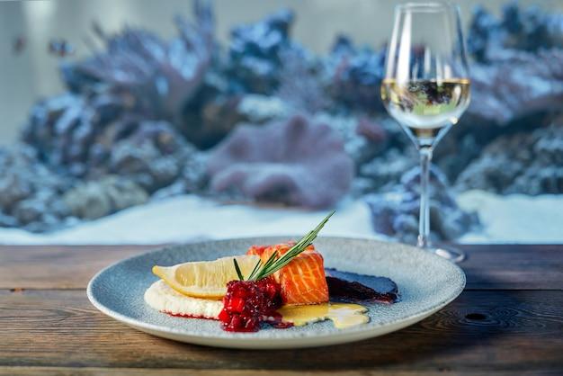 Вкусный стейк из лосося с соусами в ресторане.
