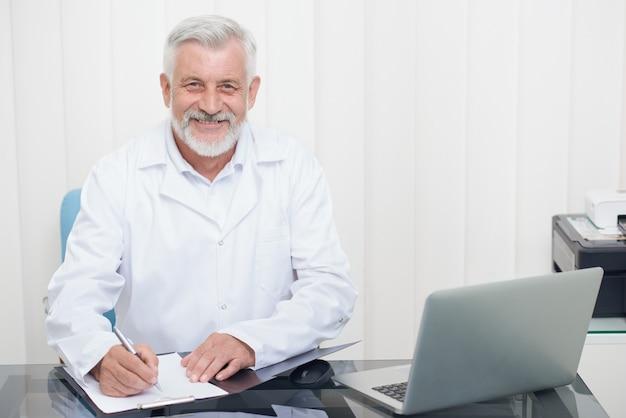 処方箋に注意するホワイトコートの医師。