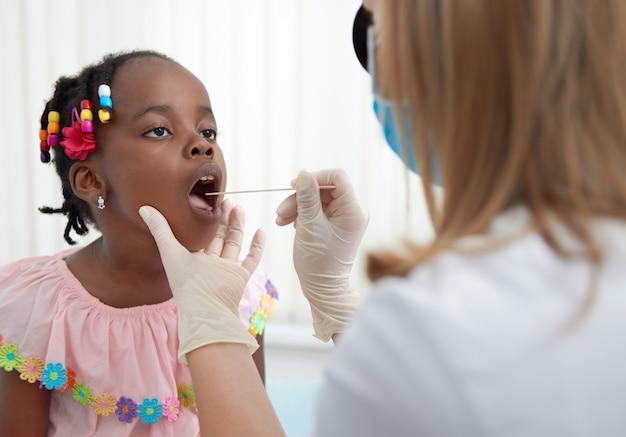 Африканский малыш на осмотре у лор-врача.