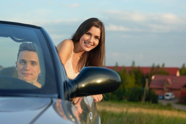 女性が車を運転する男